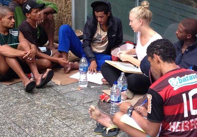 Estudante canadense dá aula de inglês para moradores de rua no Rio de Janeiro