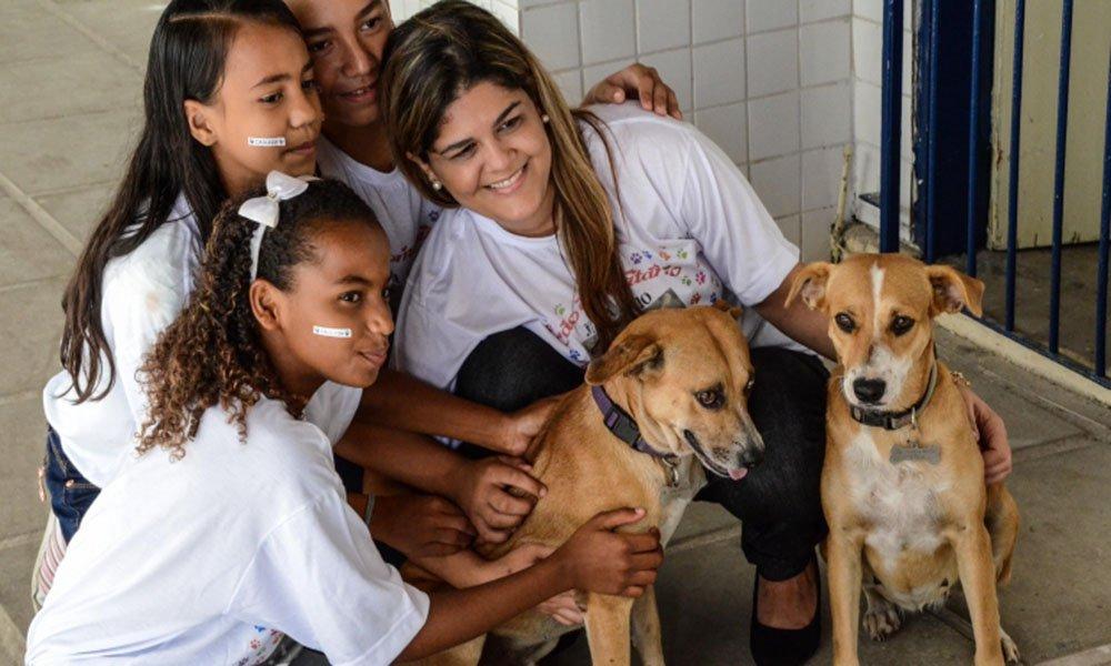 Escola no Recife adota cães  para que os alunos aprendam sobre respeito e cuidado