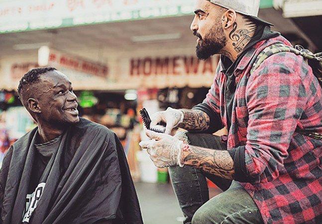 Ex-dependente químico oferece cortes de cabelo gratuitos para moradores de rua