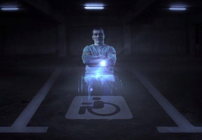 Ação criativa coloca holograma de cadeirante na frente de motoristas que usam vagas reservadas