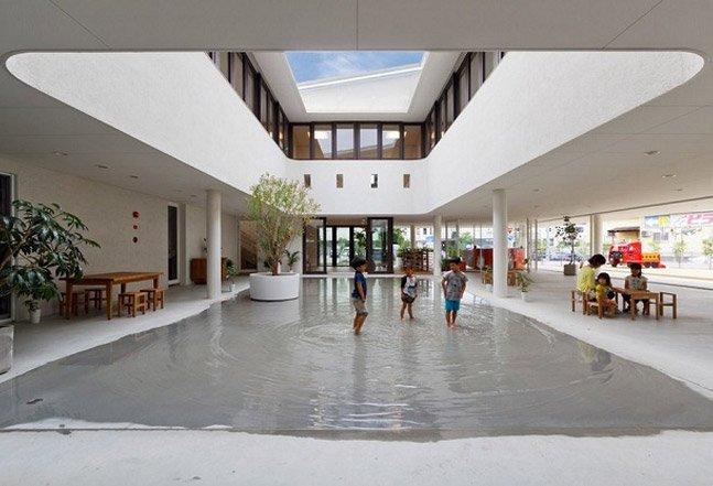 Escola no Japão usa água da chuva para criar lago para as crianças brincarem