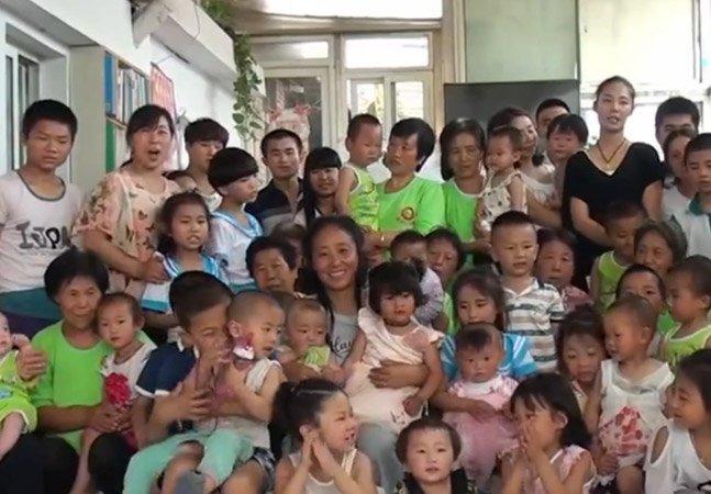 Milionária gasta toda a sua fortuna após adotar 75 órfãos – e parece não se arrepender