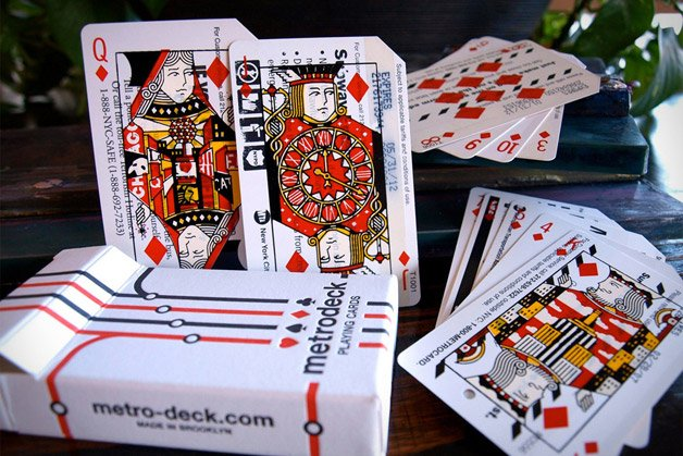 Designer cria baralho com cartas feitas a partir de bilhetes usados do metrô de Nova York