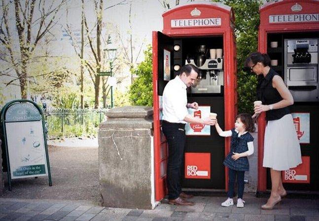 Cabines telefônicas de Londres deixam de ser somente cenário de fotos e se transformam em cafés e lojas
