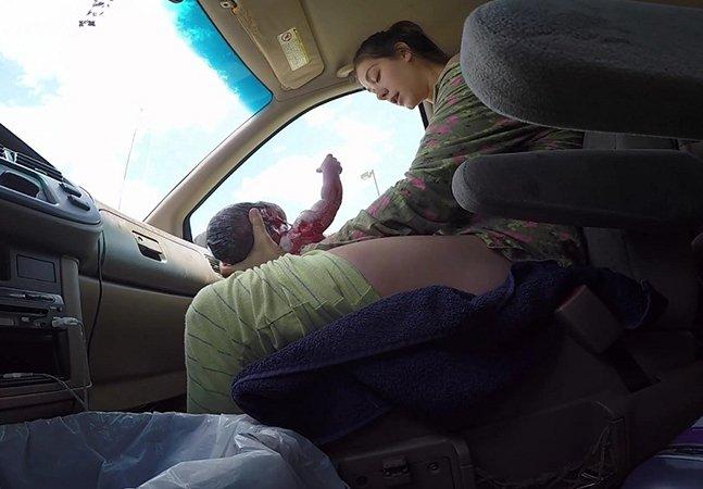 Mulher dá à luz no carro a caminho do hospital e marido registra o momento em vídeo emocionante