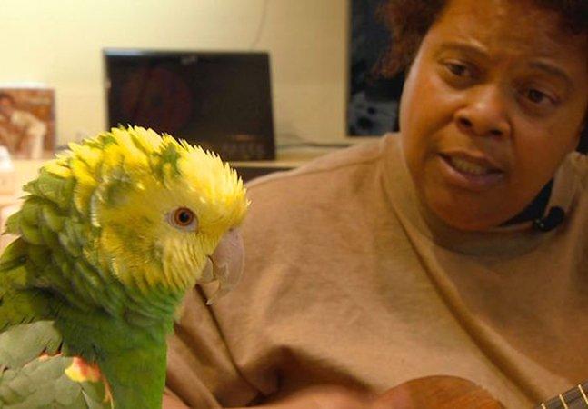 Cantora de jazz que ficou sem teto visitava seu papagaio de estimação num abrigo para cantarem juntos