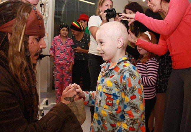 Johnny Depp visita hospital vestido de Jack Sparrow para melhorar o dia de crianças com câncer