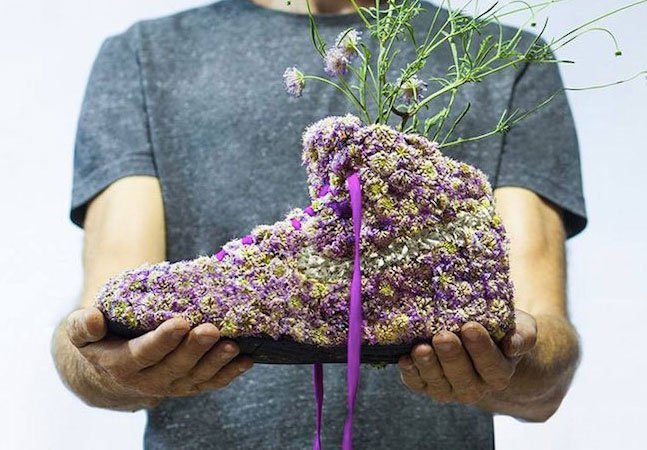 Artista usa materiais orgânicos para transformar sneakers em mini jardins