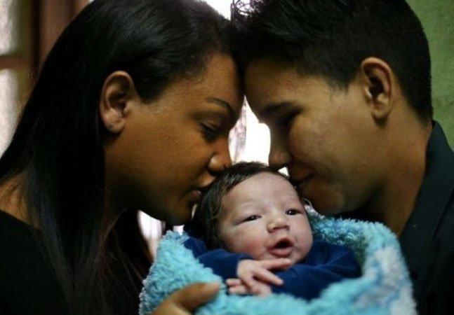 Casal transexual brasileiro dá à luz um menino em Porto Alegre