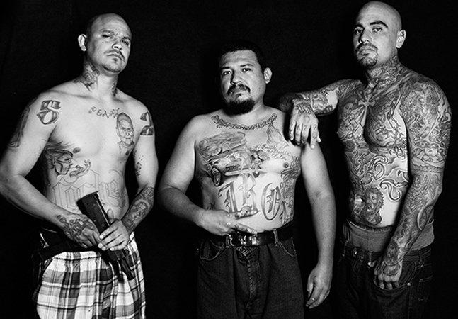 Série de fotos retrata traficantes que trocaram as gangues pela arte da tatuagem