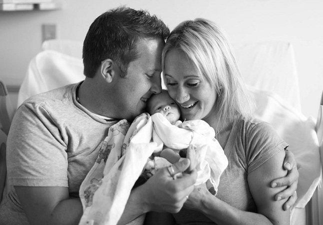 Série fotográfica mostra o momento  em que pais adotivos conhecem sua filha