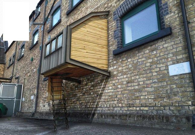 Arquiteto cria cápsulas de madeira acopladas a prédios para dar abrigo  temporário a moradores de rua