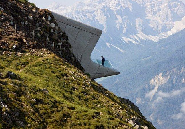 Impressionante museu com arquitetura futurista encrustrado numa montanha