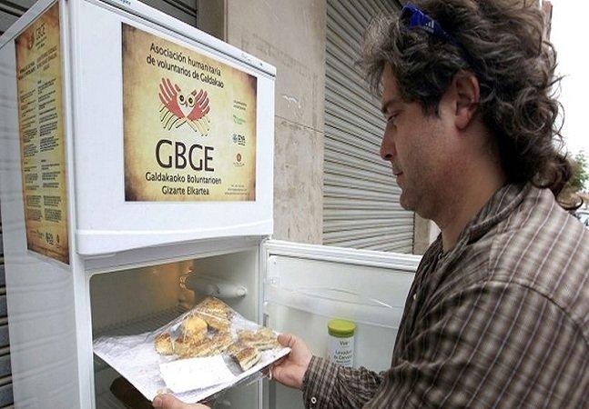 Geladeira solidária é abastecida com alimentos de supermercados e restaurantes que não foram usados