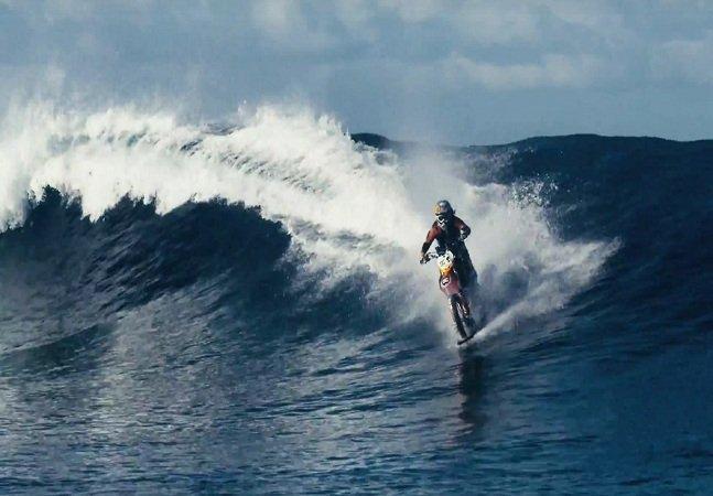 Piloto aceita desafio e pega ondas com sua moto no Taiti