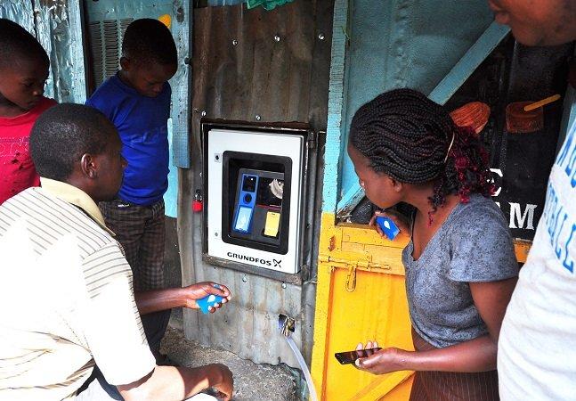 Empresa testa caixas eletrônicos na África que dão água em vez de dinheiro