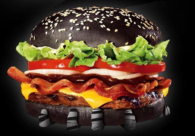 Hambúrguer preto que faz sucesso no Japão chega ao Brasil