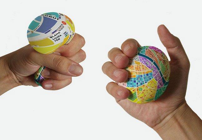Mapa criativo em formato de bola dá zoom quando você o aperta