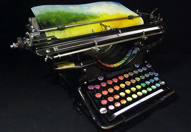 Artista transforma máquina de escrever da década de 1930 para que ela crie impressionantes obras de arte a cores