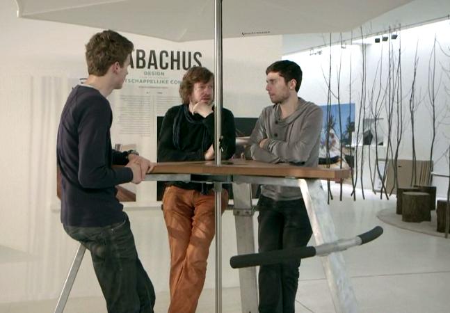 Designer cria mesa que dispensa cadeiras e facilita os encontros de amigos em casa