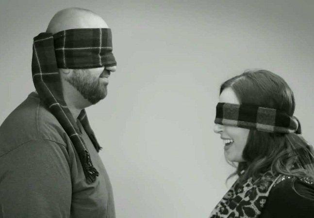 Experimento mostra o que acontece quando estranhos se beijam de olhos vendados