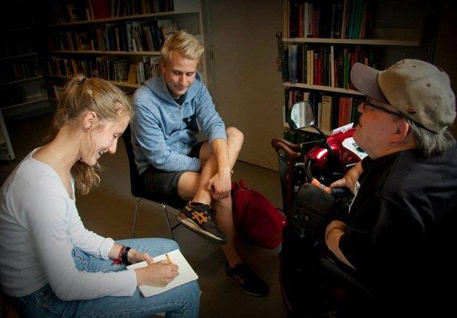 Biblioteca humana dispensa livros e desafia a aprender ouvindo histórias na primeira pessoa