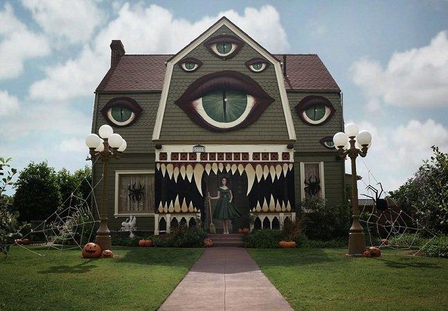 Artista transforma a casa dos pais num cenário de filme de Tim Burton para o Halloween