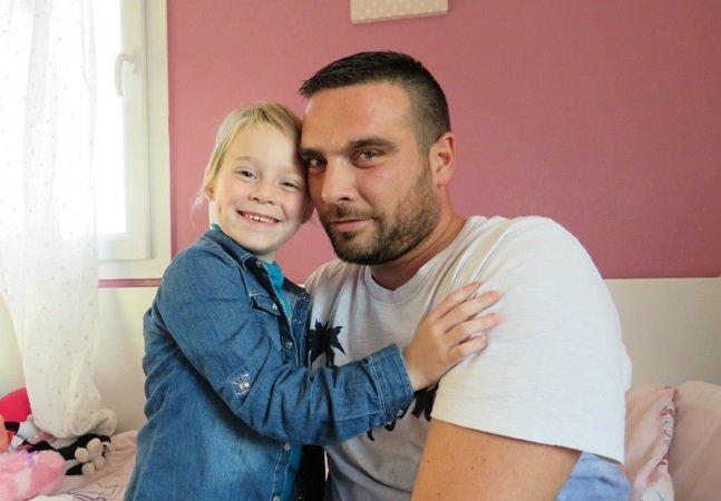 Pai ganha 350 dias de férias pagas (doadas pelos colegas) para cuidar da filha com câncer