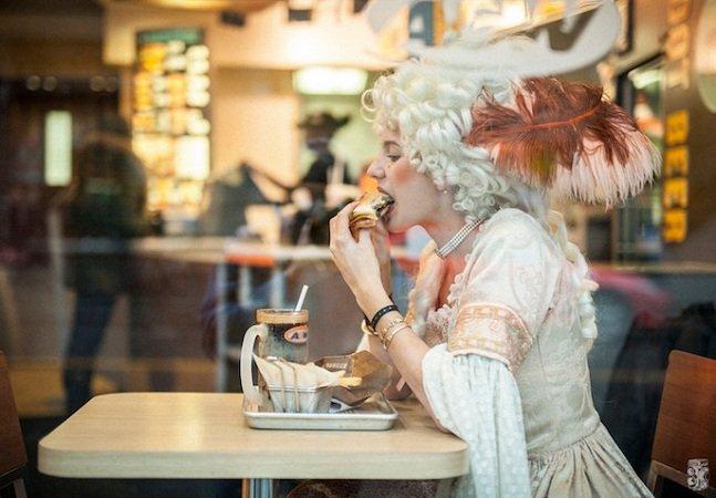 Fotógrafo imagina como seria se  ainda nos vestíssemos como no século 18