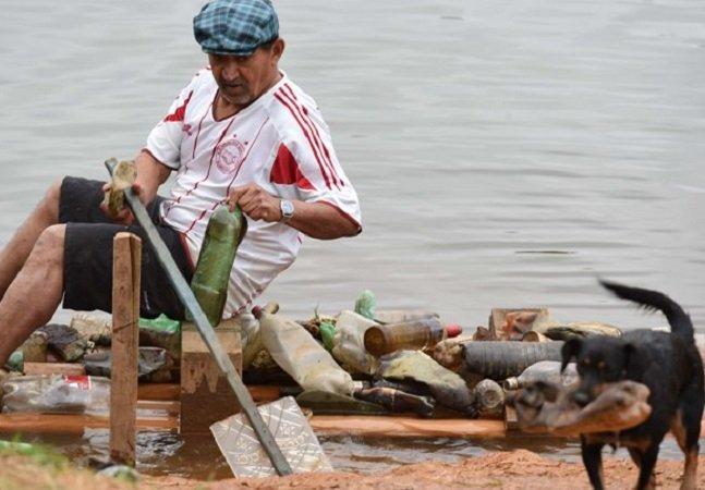 O que este comerciante de 60 anos está fazendo para acabar com o lixo em um lago no Brasil