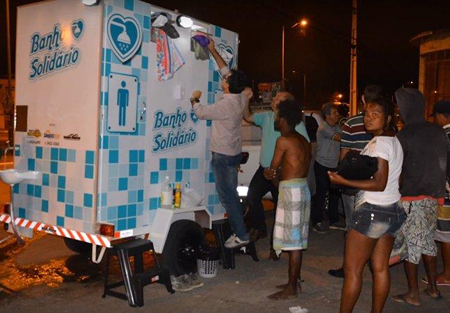 Empresário baiano instala banheiro para que moradores de rua possam tomar banho