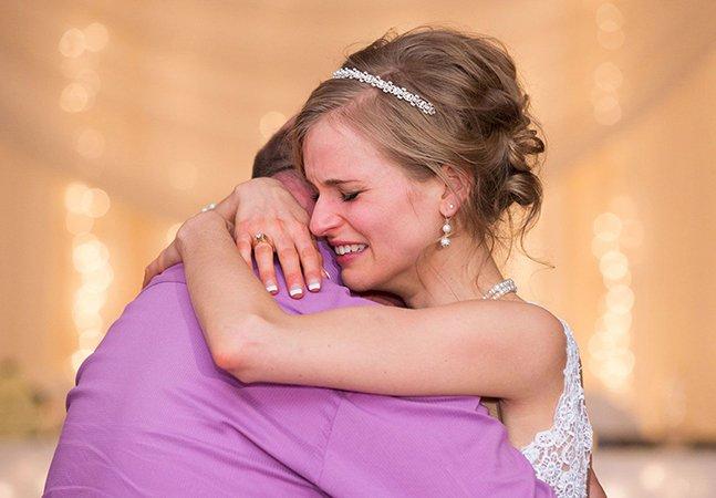 Noiva que sobreviveu à leucemia tem valsa emocionante com doador que salvou sua vida