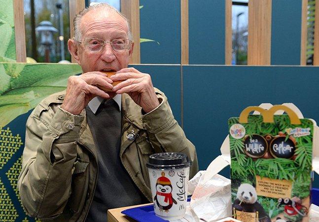 A emocionante surpresa feita ao homem de 93 anos que vai quase todos os dias sozinho ao McDonald's