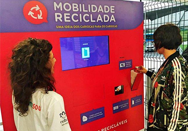 A máquina que está trocando lixo reciclável por viagens de transporte público no Rio de Janeiro