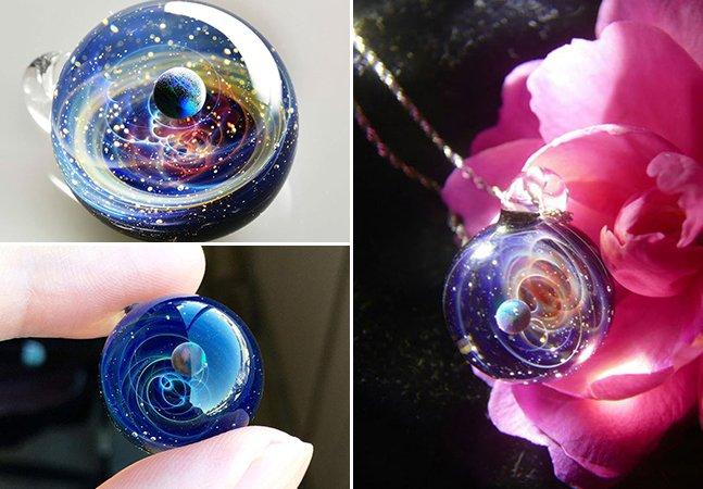 Artista cria pingentes de vidro que parecem guardar planetas e pedaços de galáxias