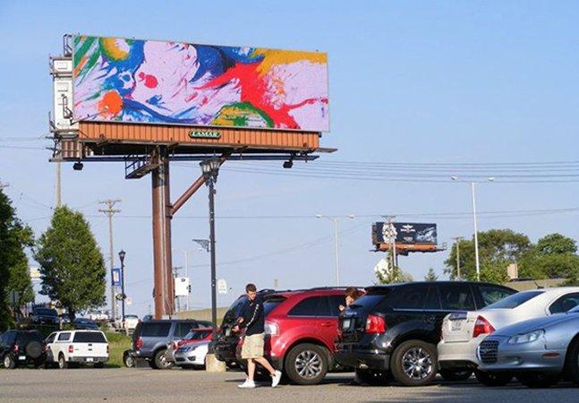 Projeto usa espaço de outdoors  de propaganda para espalhar incríveis obras de arte
