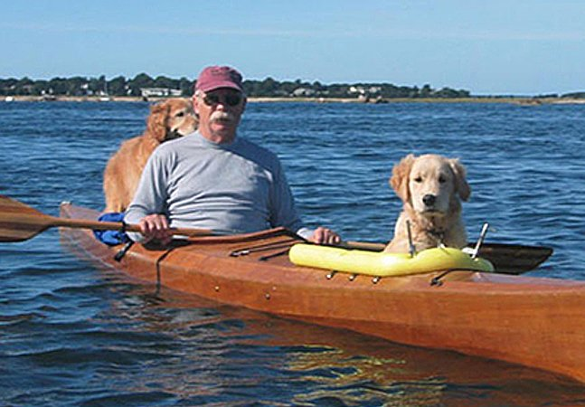 Como este homem transformou seu caiaque para poder passear na companhia de seus cachorros