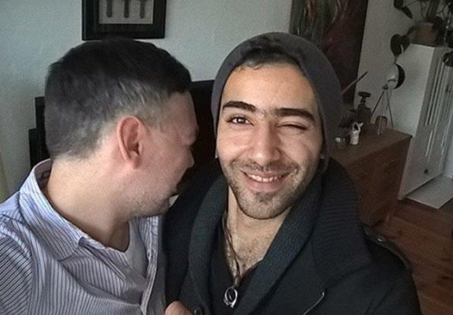 """Por que este casal homossexual ficou """"desapontado"""" após receber 24 refugiados em seu apartamento"""