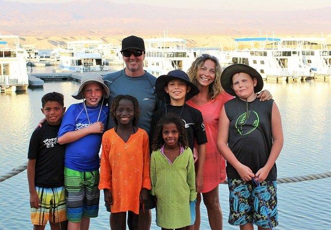 A família que está viajando o mundo e já adotou crianças em 4 países