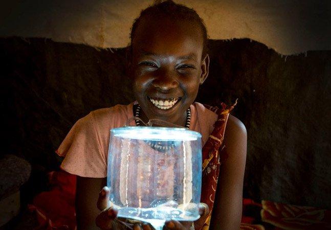 A luminária movida a energia solar que pode mudar a vida de famílias carentes