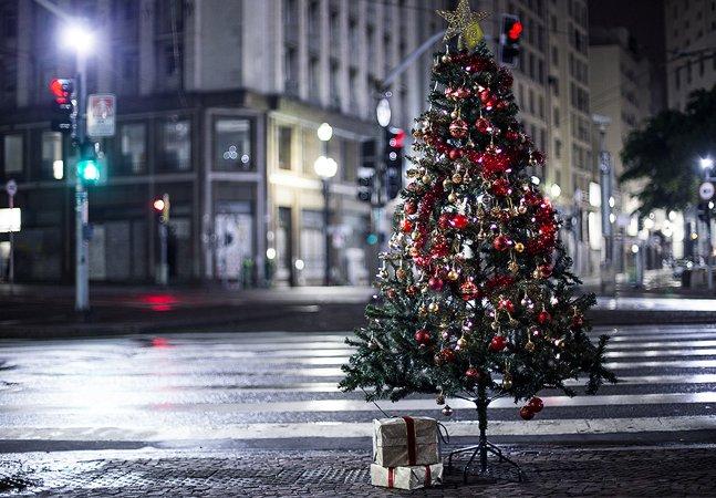 Projeto monta árvores de Natal por SP para que qualquer um possa presentear moradores de rua