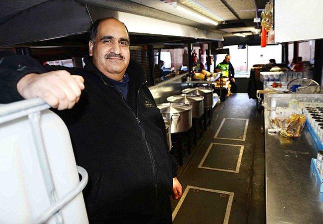 Homem transforma ônibus em cantina itinerante para alimentar refugiados pela Europa