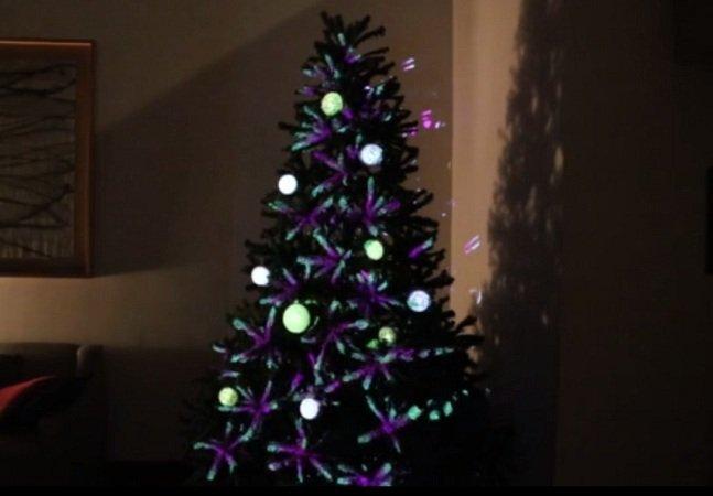 Esta árvore de natal tecnológica é decorada com projeções mapeadas