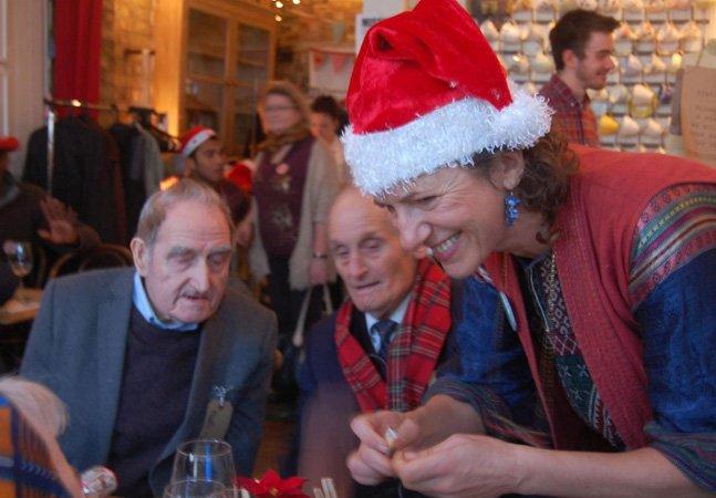 Café em Londres dará ceia de Natal de graça para idosos que vivem sozinhos