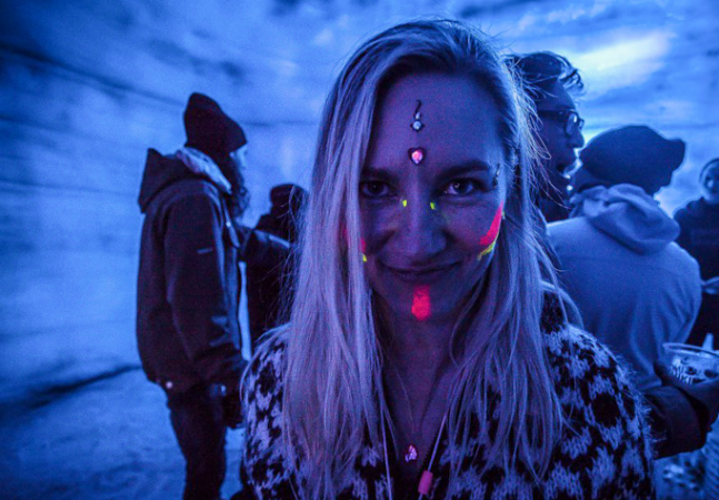Islandeses organizam festa dentro da maior geleira do país antes que ela derreta para sempre