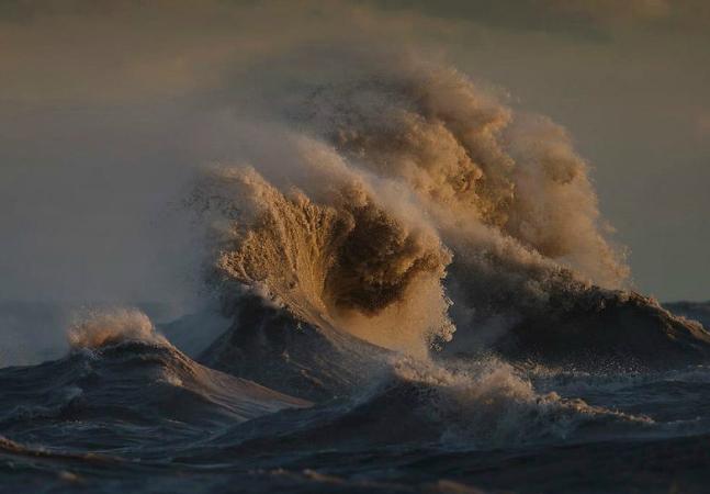 Fotógrafo capta as ondas  do lago que fica na fronteira  entre os EUA e o Canadá