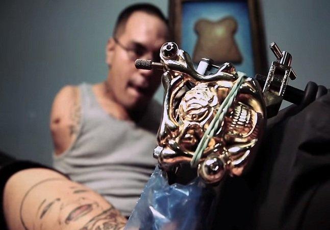 Nascer sem braços não impediu este homem de realizar o sonho de ser tatuador profissional