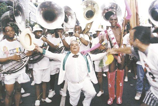 Albino Pinheiro, fundador da Banda, em frente dos músicos do bloco ©Márcio Mercante/Ag. O Dia