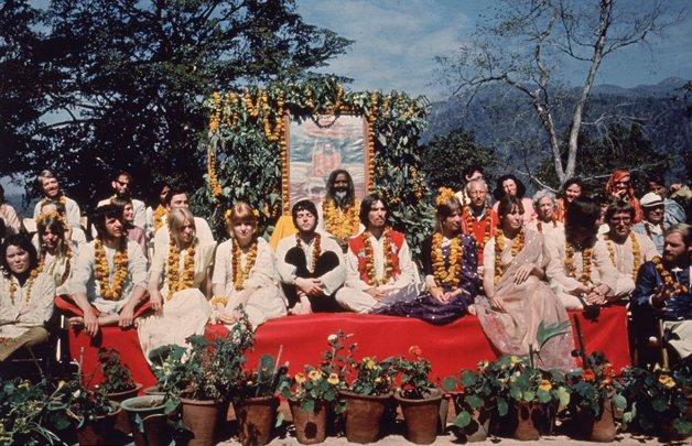 Os Beatles em Rishikesh, na Índia. Junto deles viajaram suas esposas, e ainda Mike Love, dos Beach Boys, Mia Farrow e sua irmã, Prudence (que inspirou a canção 'Dear Prudence') e o cantor Donovan. Atrás, o Maharishi Mahesh Yogi ©Arquivo Hutton / Getty Images