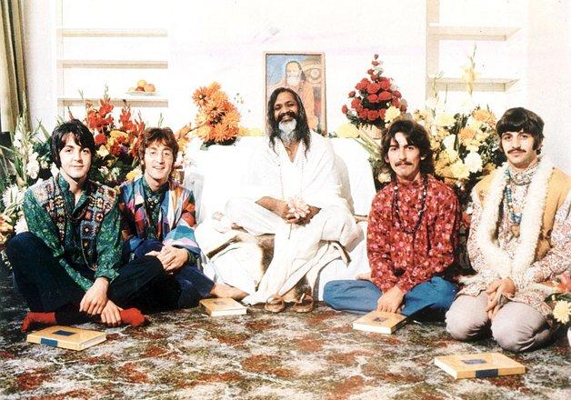 Os Beatles com o Maharishi. © Divulgação
